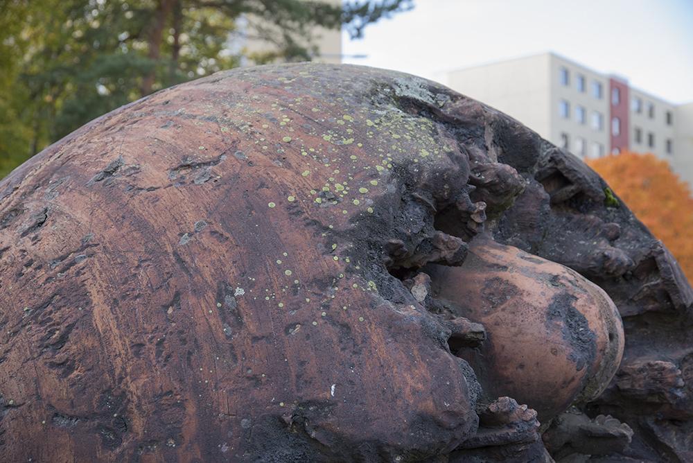 Alkumuna-niminen taideteos on muodoltaan pyöreä, halkaisija n 1,5 metriä
