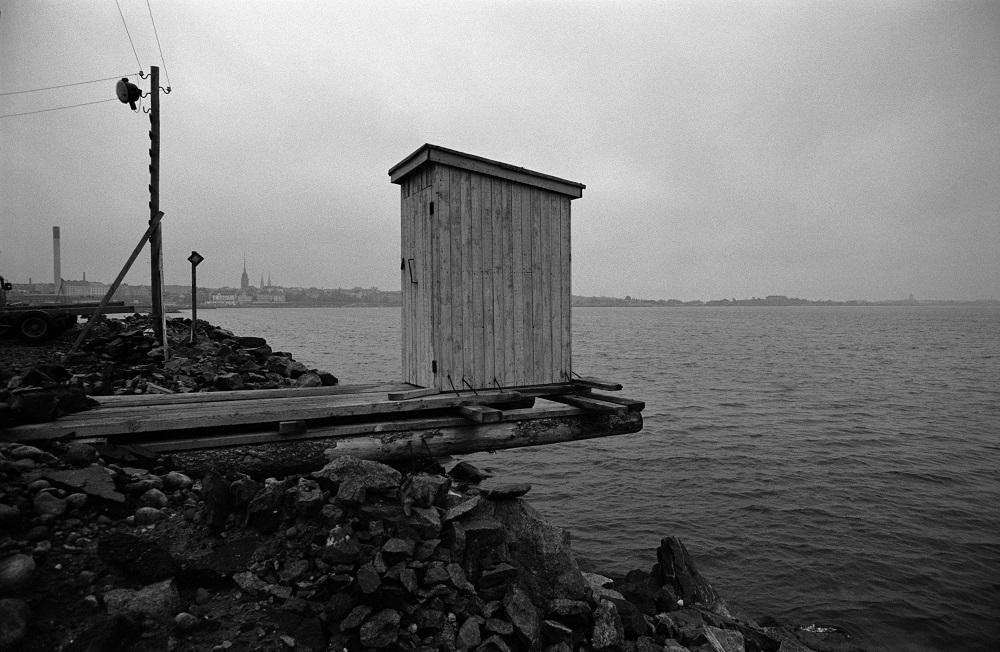 Huussi laiturin nokassa Hernesaarenrannassa. Syksy 1970. Simo Rista / Finna.fi.